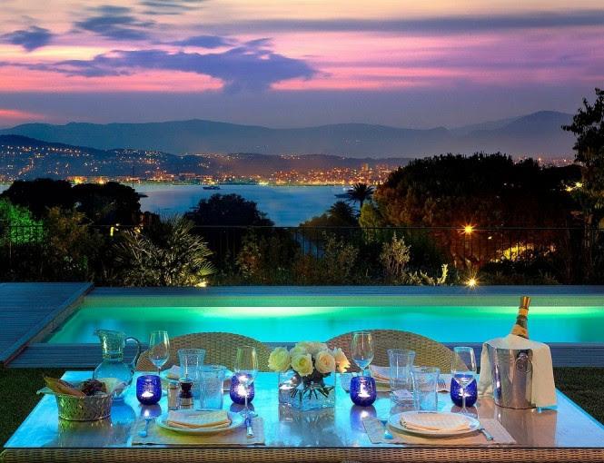 Poolside alfesco dining