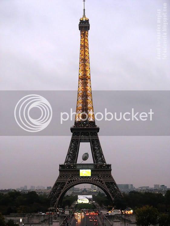 La Torre Eiffel fotografíada iluminada en un atardecer lluvioso. París (Francia)
