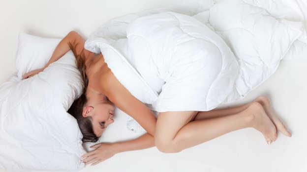 La température joue un rôle primordial quand vient le temps de s'endormir. Notre température corporelle perd environ la moitié d'un degré quand on s'endort. Or, si vous avez trop chaud parce que vous dormez sous une tonne de couvertures, vous ne pourrez jamais perdre cette chaleur.