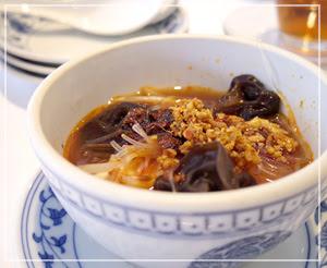 とても麻で辣だった「おぼろ豆腐の超超辣油煮込み」。
