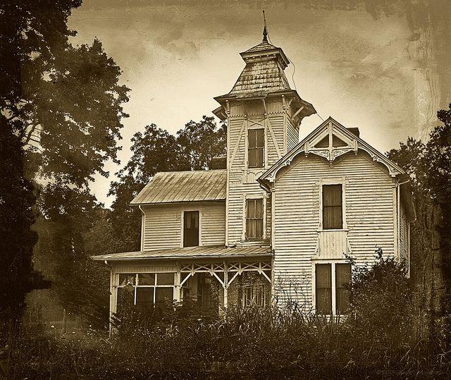 Abandoned Civil War era house located in the Lee County, Va, county seat of Jonesville, Va.