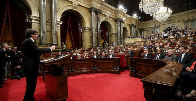 El presidente de la Generalitat, Carles Puigdemont, frente al Parlament catalán. / Reuters