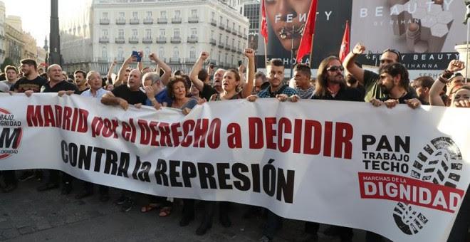 Cabecera de la concentración por el derecho a decidir que ha tenido lugar esta tarde de la madrileña Puerta del Sol. EFE/JJ Guillén