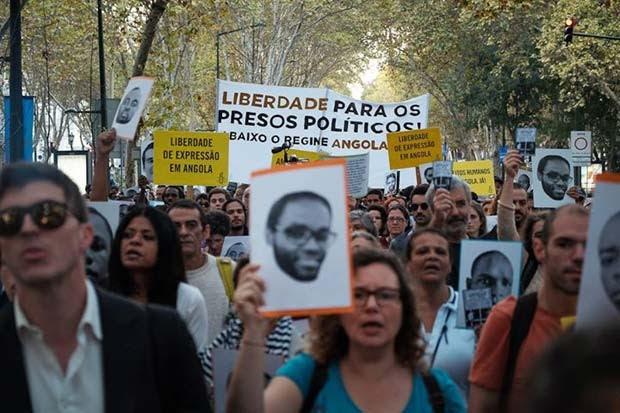 Manifestantes em Lisboa, Portugal, exibem fotos dos ativistas presos em Angola e pedem sua libertação  (Foto: Ricardo Rodrigues da Silva/ Amnistia Internacional Portugal)