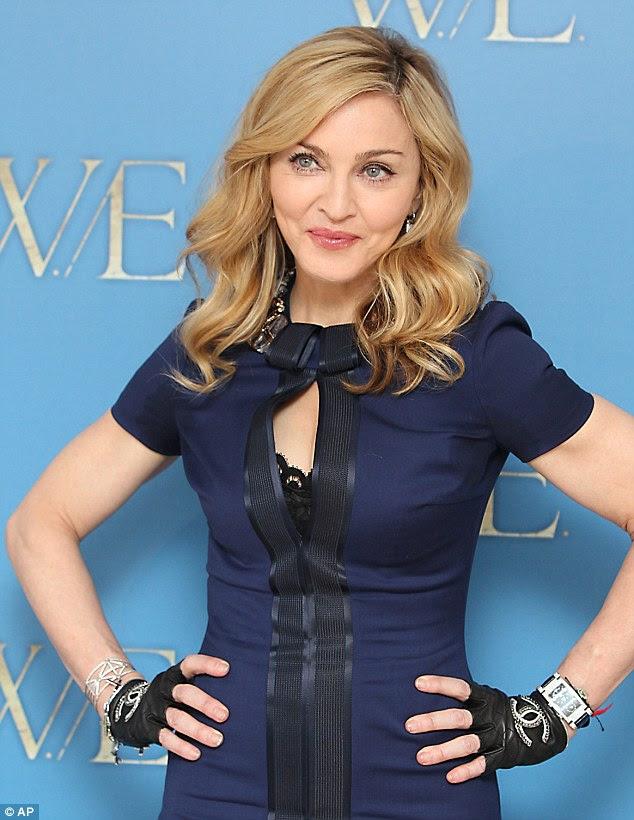 Kitsch: Madonna mostra as luvas de Chanel que ela promove WE antes de sua estreia London grande
