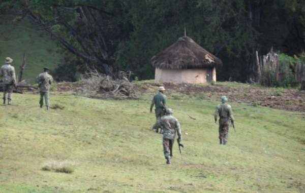 Guardas forestales llegan al bosque Embobut de Kenia para preparar las expulsiones.