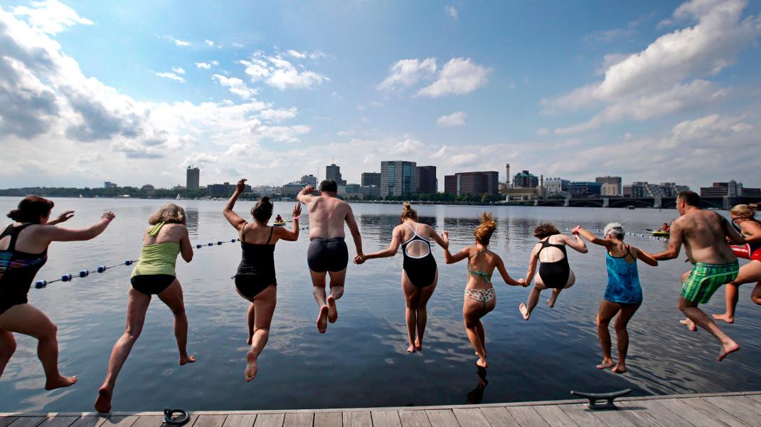 «Βουτιά στην πόλη» -Οι κάτοικοι της Βοστώνης υποδέχονται το καλοκαίρι στο ποτάμι -Φωτογραφία: AP Photo/Elise Amendola