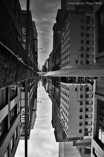 Santiago de Chile, reflejo de Septienbre by Alejandro Bonilla