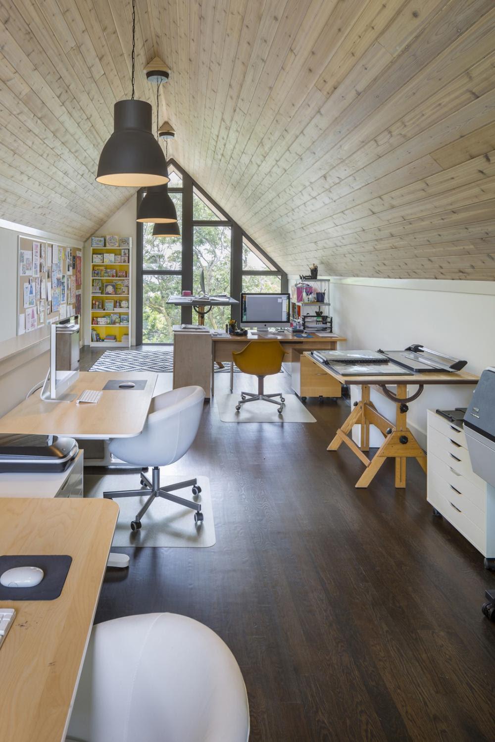 phòng làm việc trên tầng áp mái
