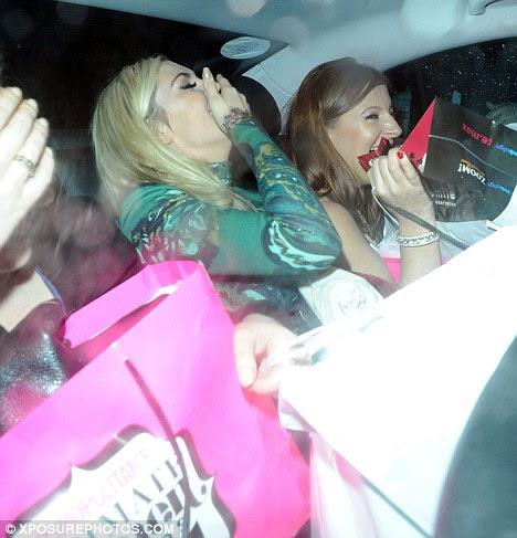 Boa noite, então?  Parece haver mais sacos de guloseimas na parte de trás do táxi que existem pessoas