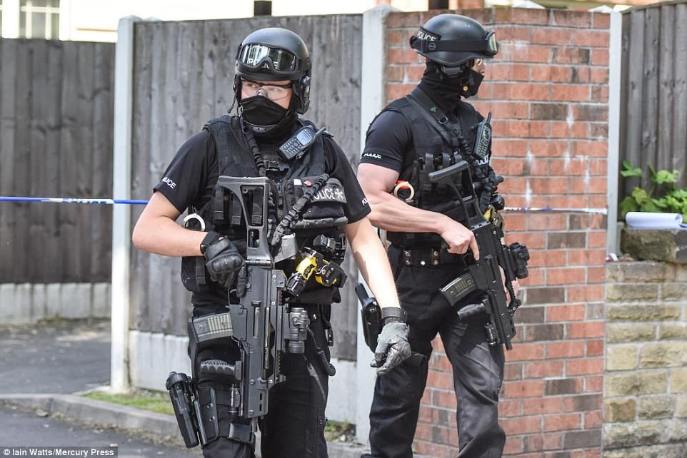 Os chefes de segurança dizem que as tropas do SAS estão prontas para serem desdobradas para outros atos terroristas.  Foto: Oficiais armados em Manchester
