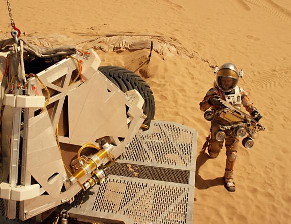 Watney (Matt Damon) recoge al rover Sojourner (20th Century Fox).