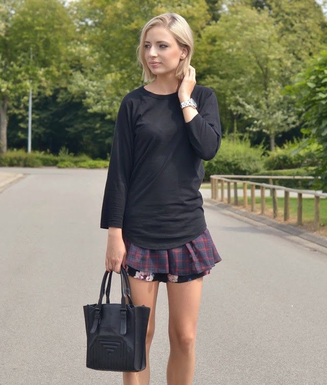 Outfitpost by Belgium fashionblogger turn it inside out wearing asos black baseball top, zara tartan flower skort zara trf transparent sole derby, zara tote bag, marc by marc jacobs skeleton key watch