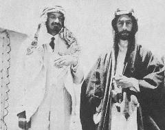 Feisal I re di Siria ed Iraq insieme a Chaim Weizmann (a sinistra) che indossa abiti arabi in segno di amicizia. Clicca qui per leggere il loro scambio di missive.