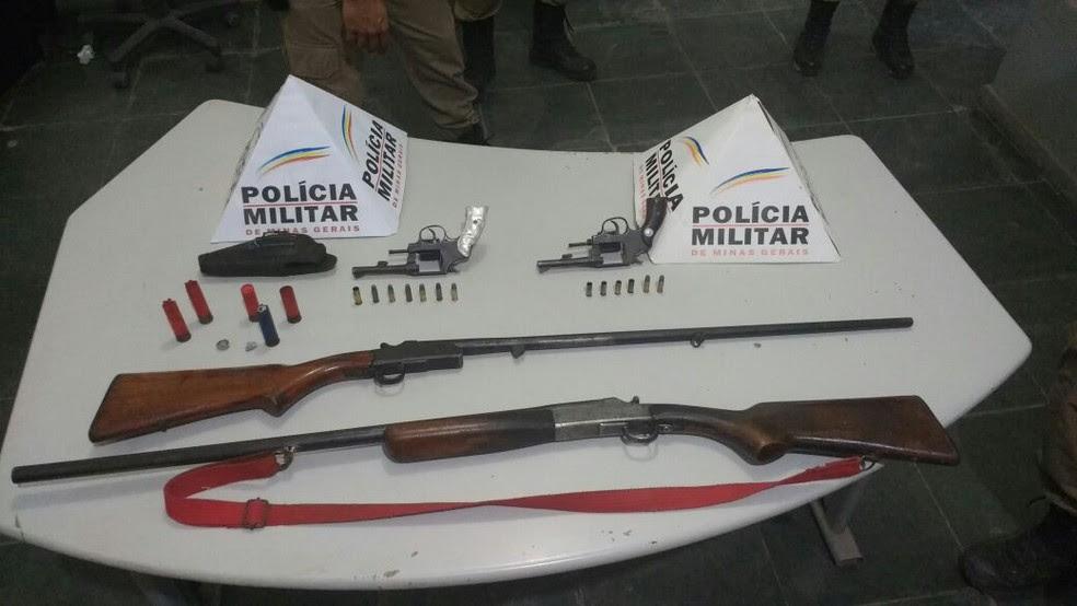 Durante rastreamento, militares apreenderam três armas dos bandidos e localizou a arma da vítima (Foto: Polícia Militar/Divulgação)