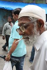 Main zindagi ka saath nibhata chala gaya Har fikr ko dhuein mein udata chala gaya by firoze shakir photographerno1