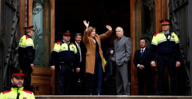 La presidenta del Parlament de Catalunya, Carme Forcadell, saluda desde la entrada del Tribunal Superior de Justicia de Catalunya a los centenares de personas, entre ellos dirigentes del Govern, diputados y alcaldes, que le han arropado en su declaración.