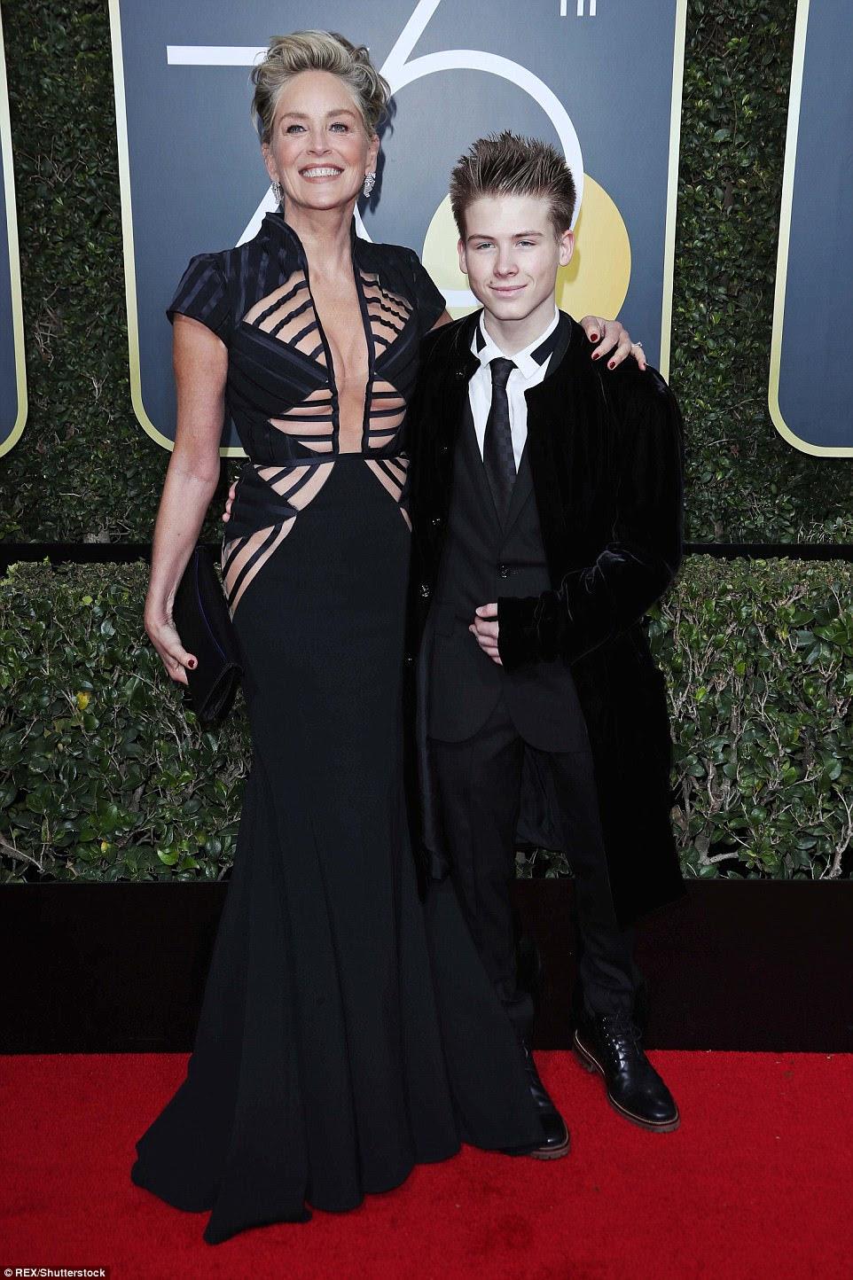 Doting mãe!  Sharon Stone, de 59 anos, exibiu sua figura em um vestido cortado;  ela trouxe seu filho de 17 anos, Roan Bronstein