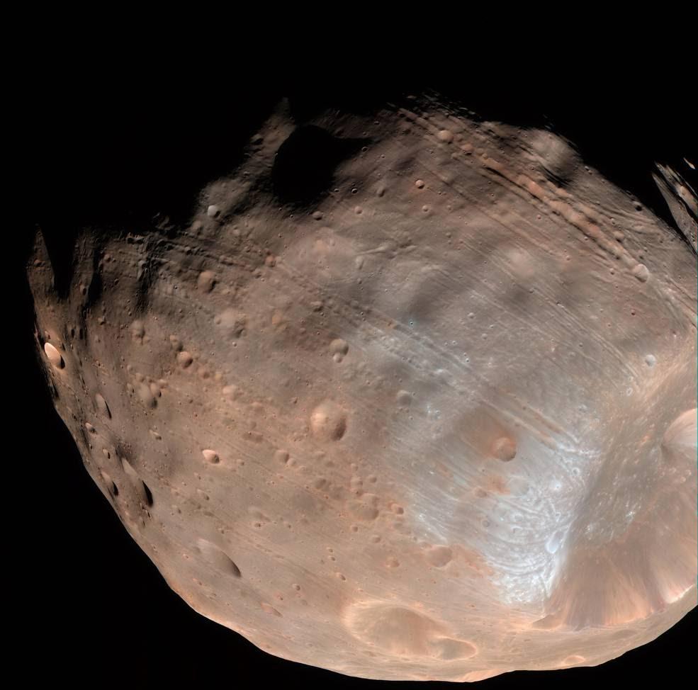 Modelos nuevos indican que los surcos en la luna Fobos de Marte podrían ser producidos por fuerzas de marea, la atracción gravitatoria mutua entre el planeta y la luna.