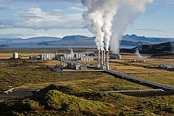 Se llama energía geotémica a la que se encuentra en el interior de la tierra en forma de calor, como resultado de:      La desintegración de elementos radiactivos.     El calor permanente que se originó en los primeros momentos de formación del planeta.   Esta energía se manifiesta por medio de procesos geológicos como volcanes en sus fases póstumas, los geíseres que expulsan agua caliente y las aguas termales.