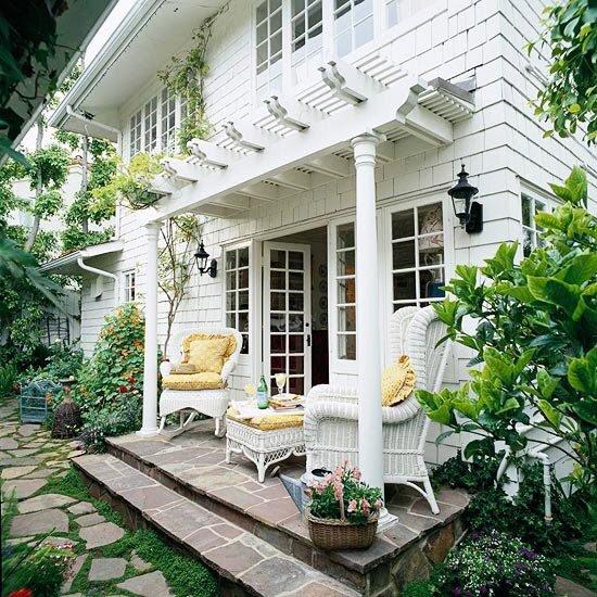 bahceli-ev-mustakil-beyaz-ahsap-bahce-dekorasyon-hasir-koltuk