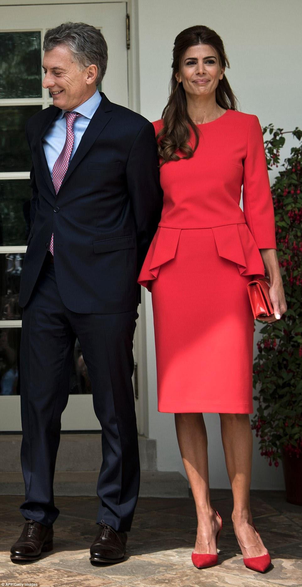 Embaraçoso!  A primeira-dama da Argentina estava vestindo um par de sapatos vermelhos de 695 dólares da marca italiana Aquazurra, que atualmente está processando a filha mais velha Ivanka do presidente, alegando que ela arrancou um de seus projetos de calçados exclusivos