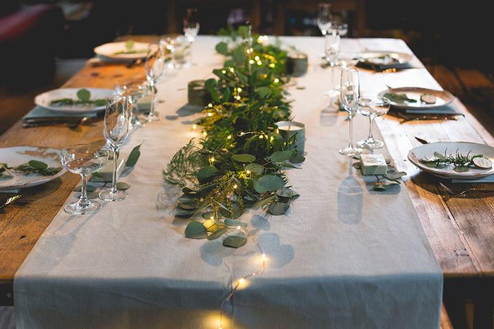 Die Hochzeit Tischdekoration wurde mit einem neutralen Stoff runner, grün, Kerzen und LEDs