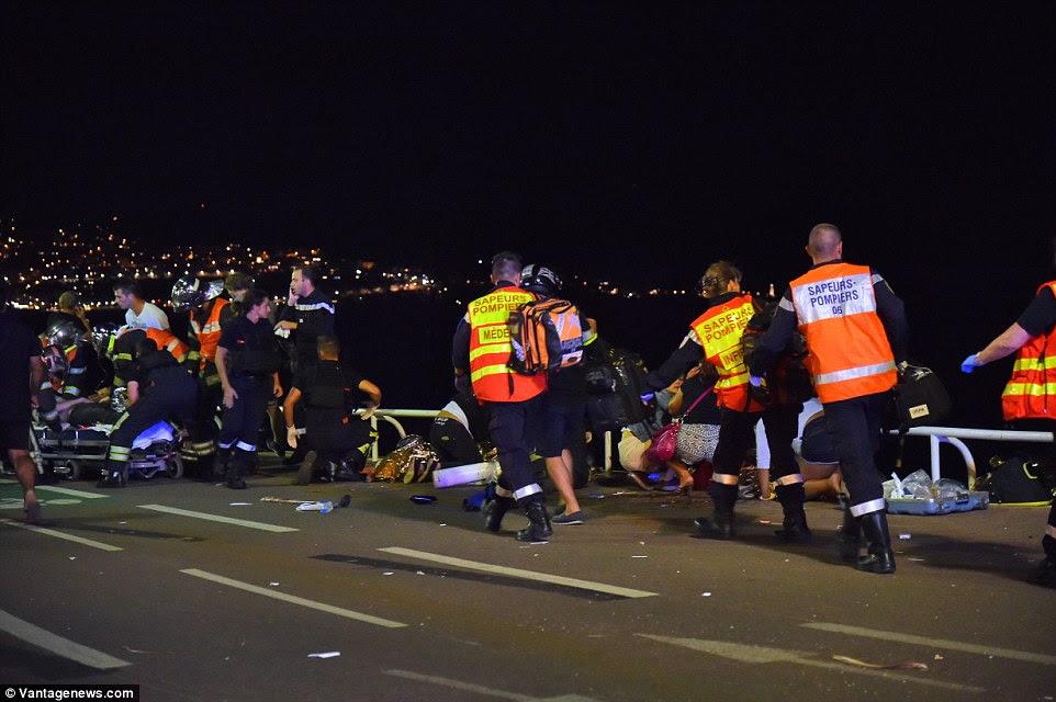 Pânico: Os serviços de emergência foram trabalhar durante a noite para tratar as pessoas na rua onde estavam ou em hospitais locais.  Os médicos estão pedindo para as pessoas a doar sangue para ajudar os feridos