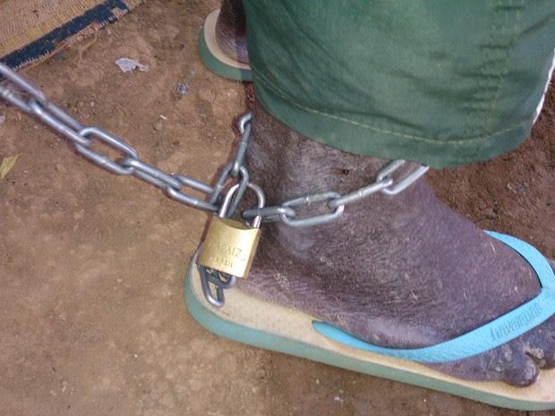 Idoso estava acorrentado por um dos pés (Foto: Divulgação / Polícia Militar)