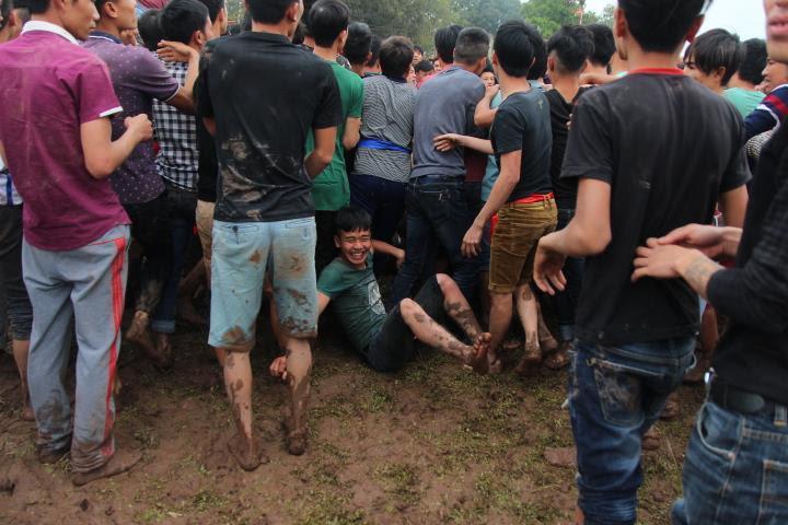 Trai làng băng ruộng, đè lên nhau cướp phết Hiền Quan