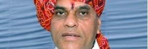 Ministro indiano causa polêmica por ter cadarço amarrado por menino