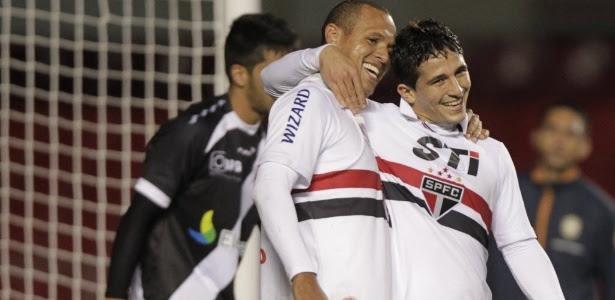 Luis Fabiano abraça Aloísio após gol do São Paulo na vitória por 5 a 1 sobre o Vasco, no Morumbi