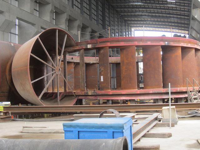Componente de uma das 18 turbinas que vão gerar eletricidade na unidade principal da central de Belo Monte, pronto para ser instalado na gigantesca obra na Amazônia brasileira. Foto: Mario Osava/IPS