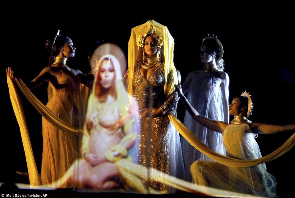 Interessante: Beyonce começou seu desempenho com um pacote de vídeo e hologramas com um tema de capacitação das mulheres