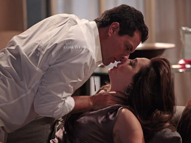 Lívia se entrega a Théo e confessa estar louca por ele (Foto: Salve Jorge/TV Globo)
