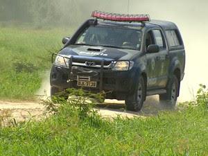 Polícia busca suspeitos em estrada de Caraguatatuba caixa eletrônico (Foto: Reprodução/TV Vanguarda)