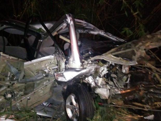 Carros bateram de frente na tarde deste domingo (26) na MG-347, em São José do Alegre, e passageira morreu (Foto: Polícia Militar Rodoviária)