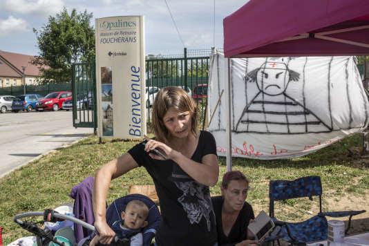 Une partie du personnel de l'EHPAD les Opalines de Foucherans (Jura) est en grève depuis plus de 70 jours. Sont dénoncées des conditions de travail incompatibles avec le respect de la dignité des patients et une absence de dialogue avec la direction. Foucherans le 16 juin 2017.