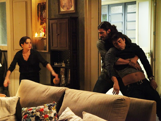 Cora convence Jairo a ajudá-la  (Foto: Carol Caminha/Gshow)