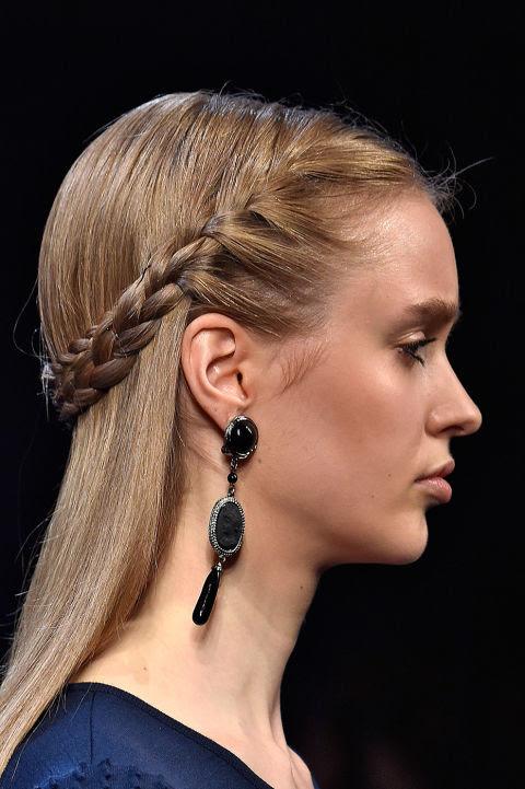 Andrew GN propõe essa trança cabeça que corre ao longo da parte de trás dos modelos.  Para trazer o cabelo removido da face (e sua mãe não retorna para repreendê-lo por isso).