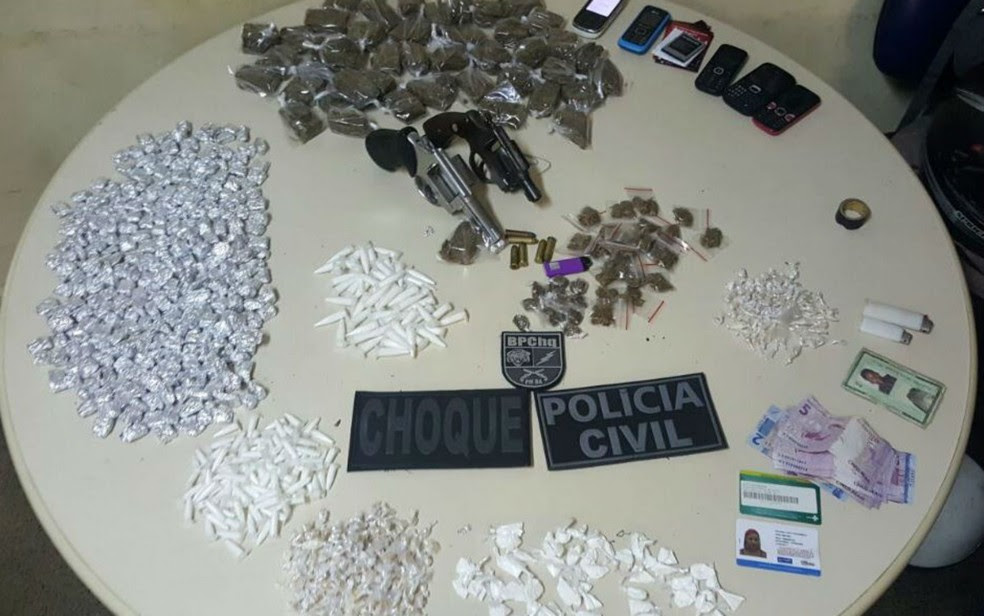 Armas e drogas foram apreendidas com suspeitos em Salvador (Foto: Divulgação/Polícia Civil)