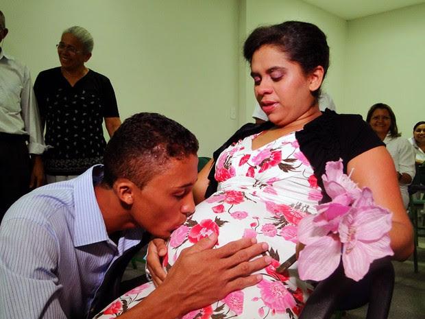 Fabiana,que estava em trabalho de parto, casou na Maternidade Divino Amor, em Parnamirim (Foto: Ricardo Araújo/G1)
