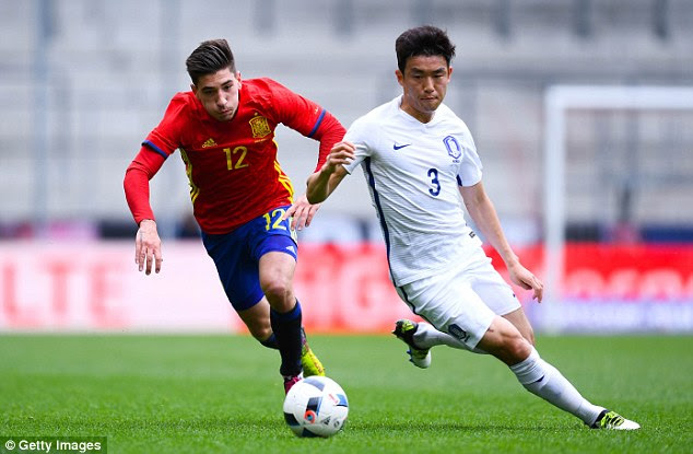 Hector Bellerin vies for the ball with Yun Suk-Young during the second-half on Wednesday