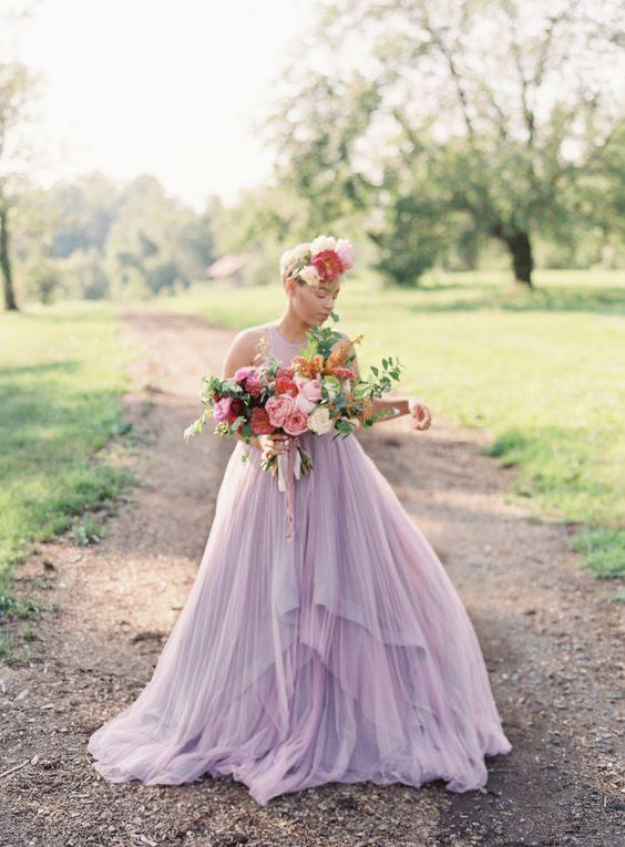 ein Lavendel-Hochzeits-Kleid ohne ärmel und mit einem geschichteten Rock