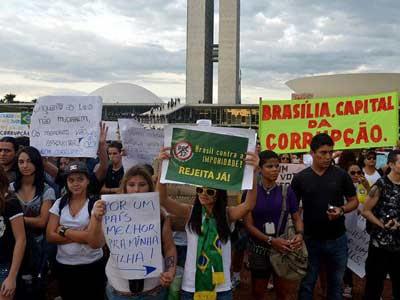 Manifestantes protestan frente al Congreso Nacional, ayer. EFE