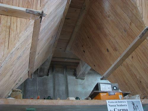 Silos de madeira no teto para farinha