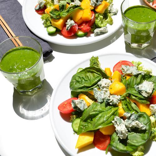 Ensalada con queso azul y green smoothie con agua de mar