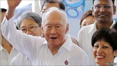 Ông Lý Quan gDiệu (giơ tay, giữa)