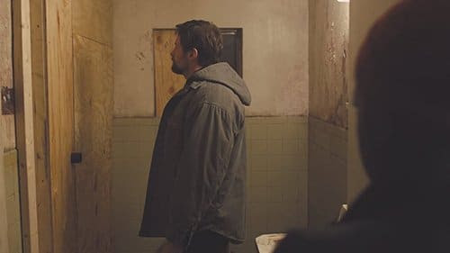 Indo mais longe na loucura, Keller constrói aa câmara de tortura personalizado onde Alex é confinado em um pequeno espaço escuro e é regado com repreendendo água quente.
