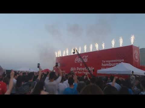 Ο Άκης Πετρετζίκης σπάει ρεκόρ Γκίνες για χάμπουργκερ σε 1 ώρα
